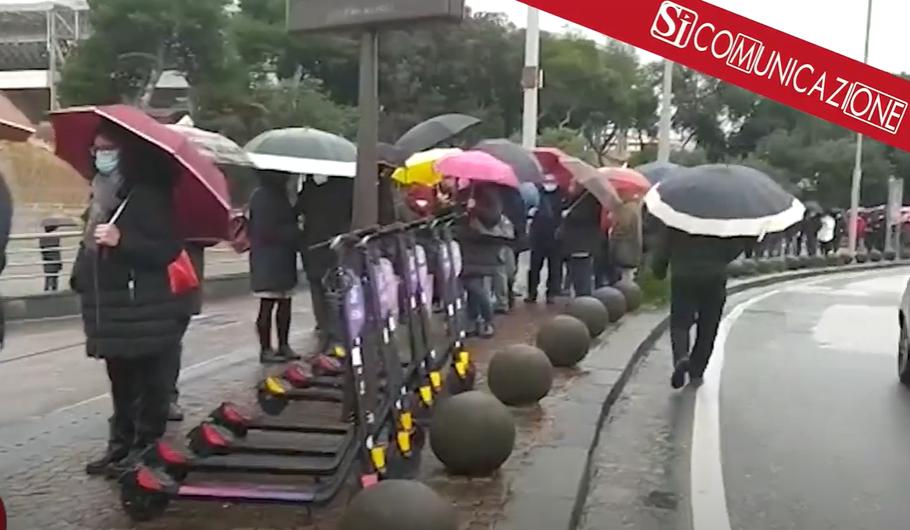Un chilometro di fila per i vaccini sotto la pioggia. In Campania 50mila le dosi  somministrate