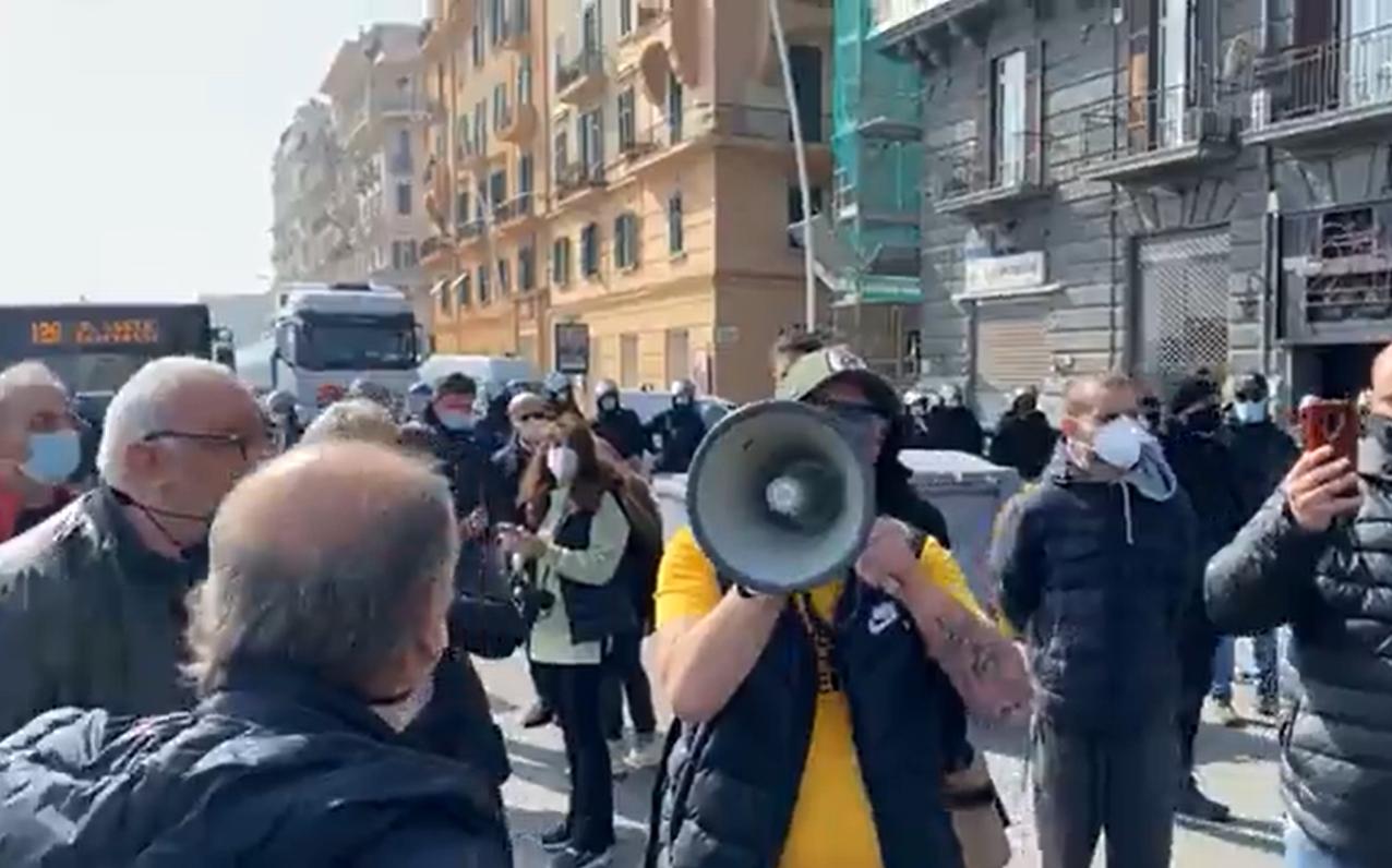 """Blocco stradale dei ristoratori sul lungomare: """"Vogliamo restare aperti"""""""