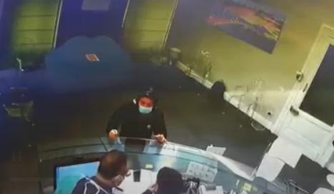 Entra nello studio del dentista e ruba i soldi dal cassetto
