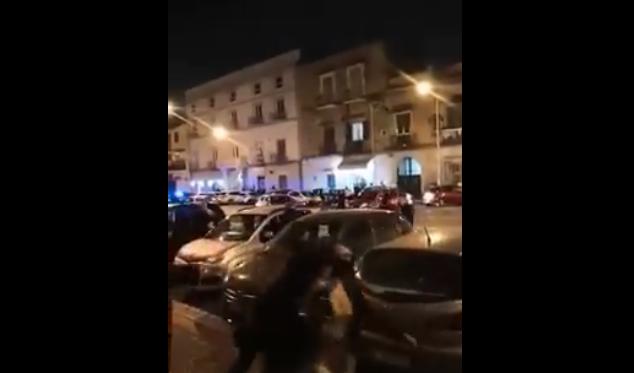 Maxi-assembramento in strada, fuggi fuggi di giovani all'arrivo della Polizia