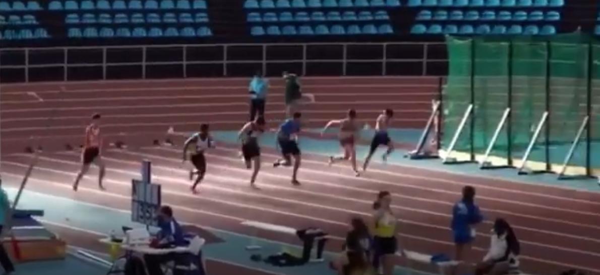 L'atleta vince la corsa ma non riesce a fermarsi, vola oltre il campo