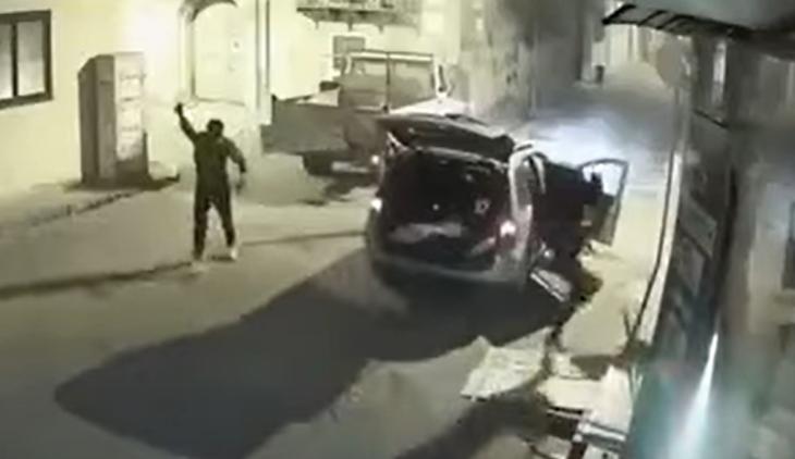 Sfondano la tabaccheria con un camion e sparano in aria per spaventare i residenti
