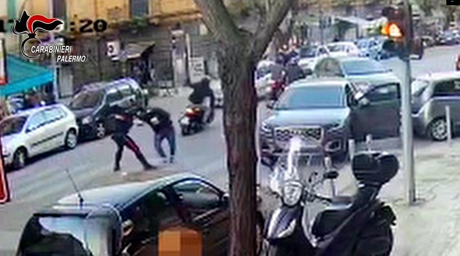 Carabiniere libero dal servizio placca il ladro all'ultimo secondo
