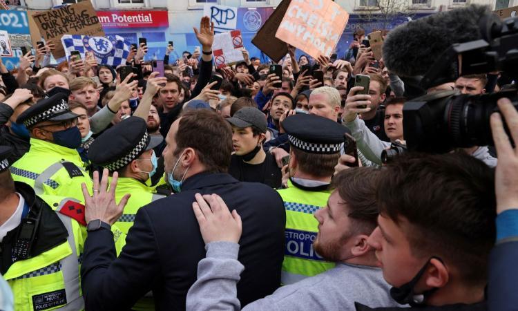 Rivolta nel calcio contro la Superlega, tifosi bloccano il bus del Chelsea