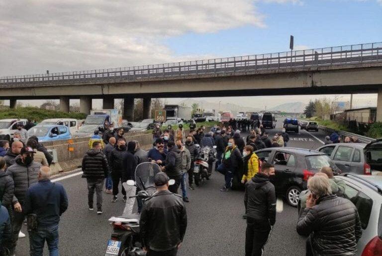Autostrade in tilt, la marcia di protesta di ambulanti e mercatali