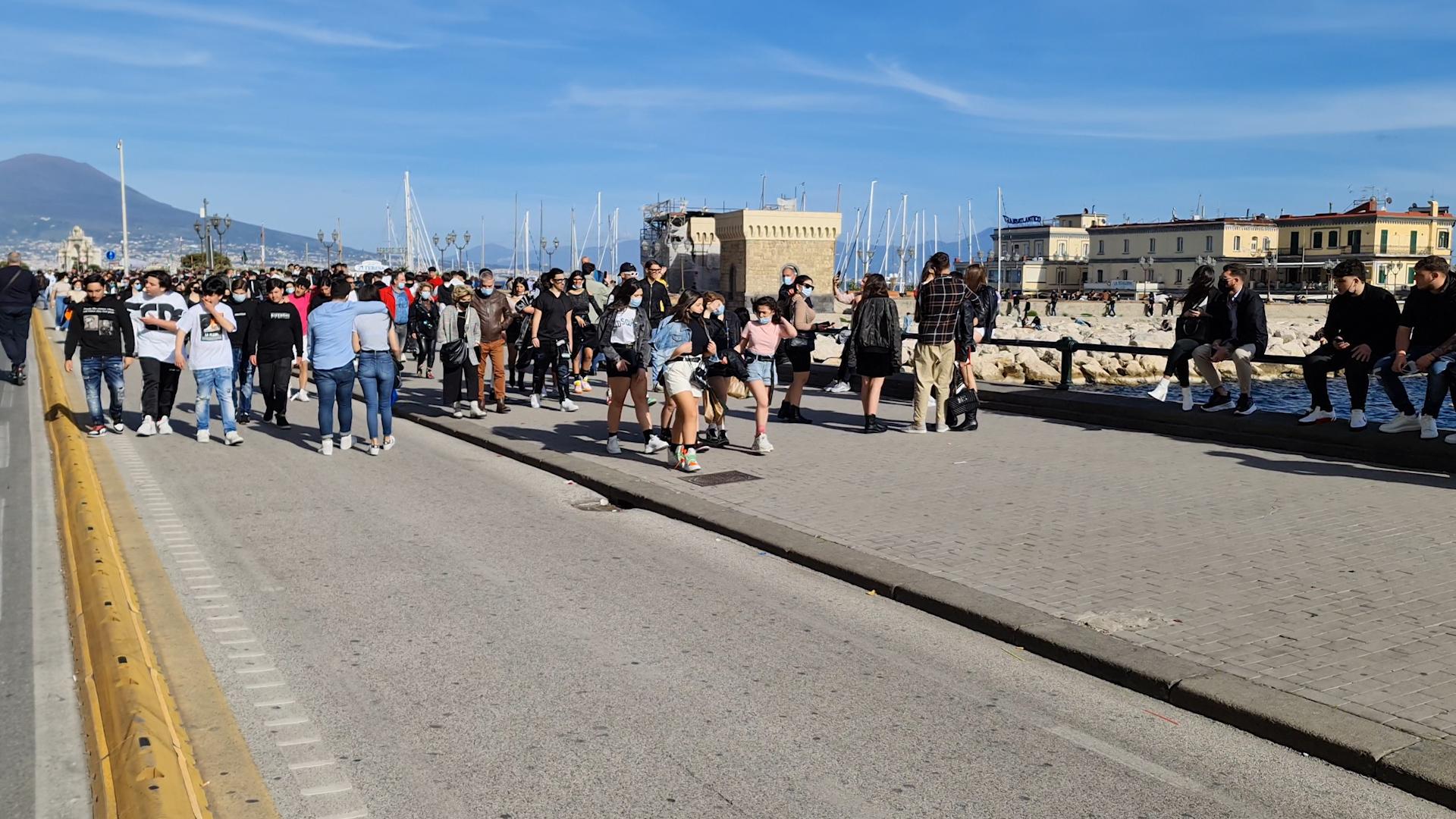 Napoli: assalto al lungomare, clima da liberi tutti