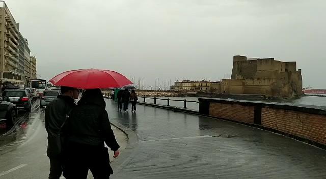La pioggia rovina il 1° maggio sul lungomare di Napoli