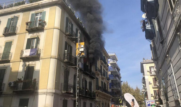 Un incendio in un appartamento paralizza le strade del Vomero. I pompieri stanno spegnendo le fiamme dall'esterno