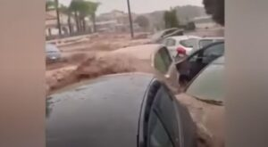 E' allerta rossa per il diluvio che in queste ore sta colpendo Calabria e Sicilia. Previste ancora diverse ore di intenso maltempo